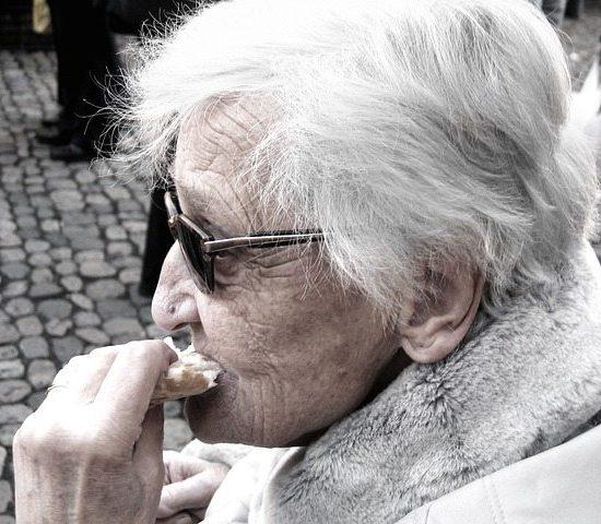 anziana che mangia