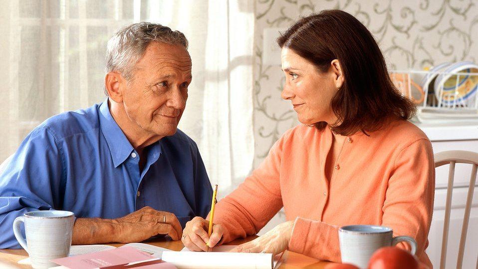 donna e anziano signore