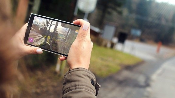 camminare con lo smartphone