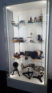 vetrina con strumenti
