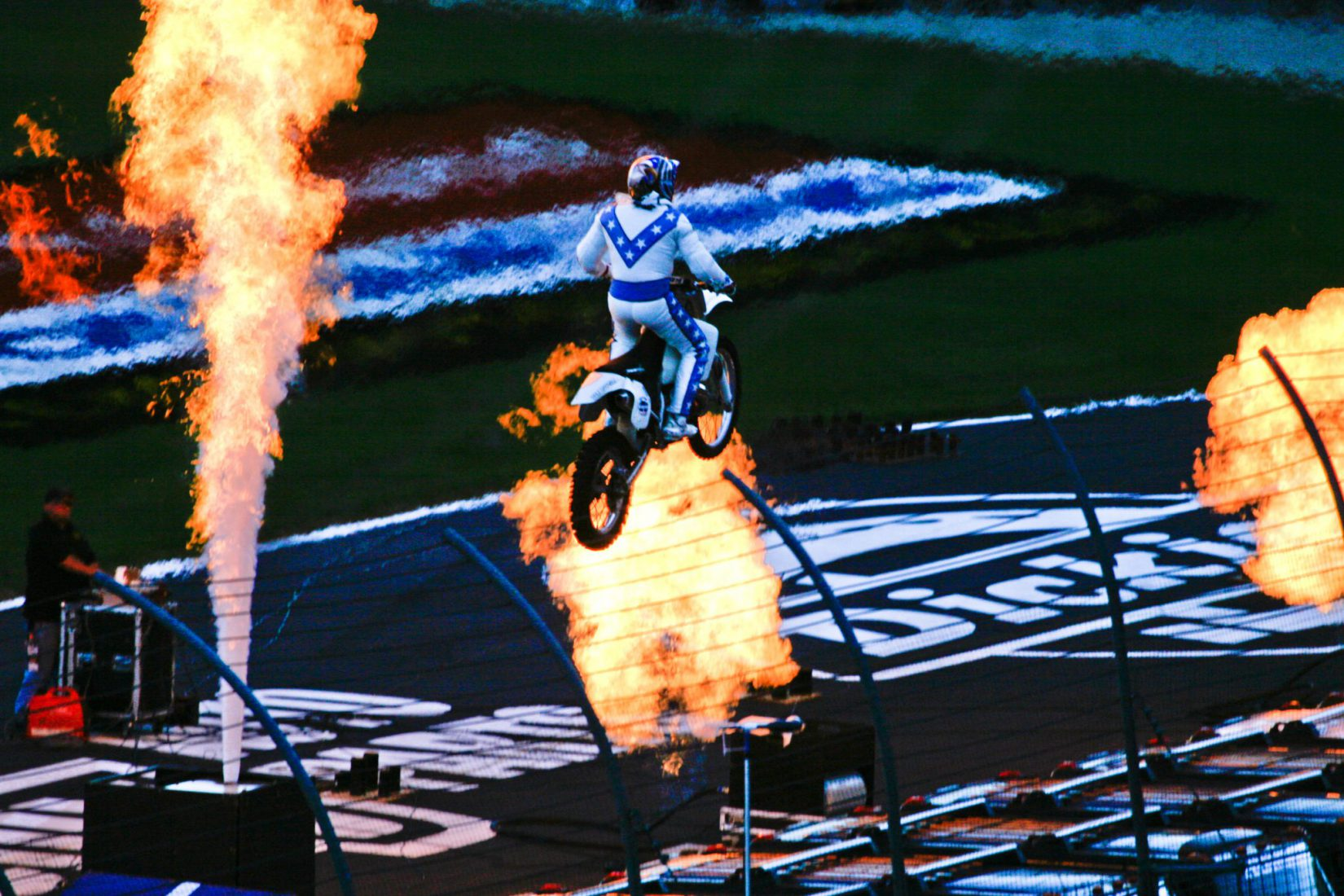 motociclista salto fuoco