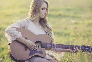 ragazza con la chitarra