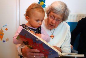 nonna legge a bambino