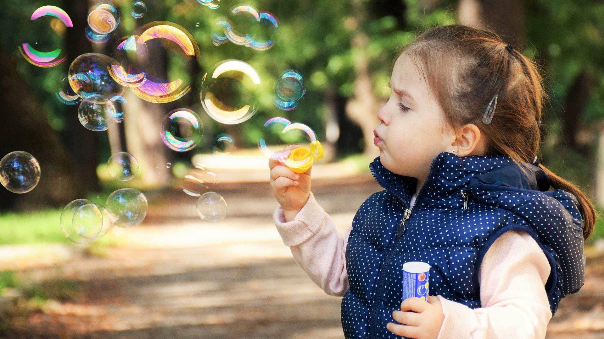 bambina con bolle di sapone
