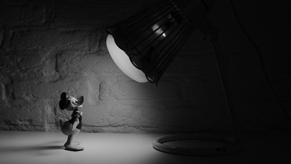 paperino sotto una lampada