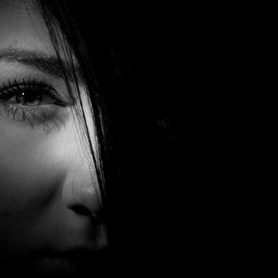 volto di donna nel buio