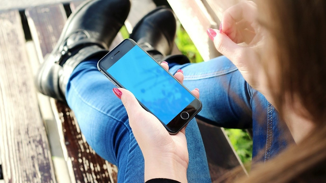ragazza con smartphone