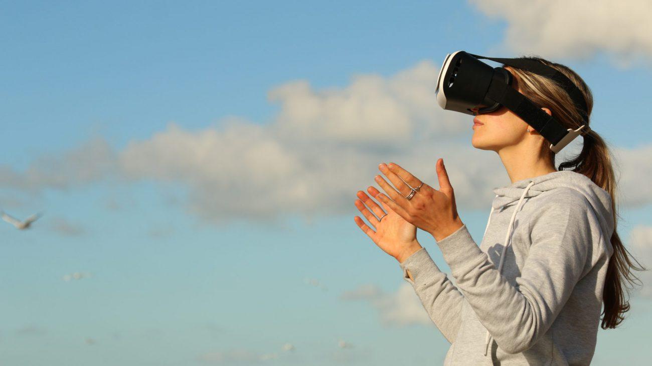 donna con visore realtà virtuale