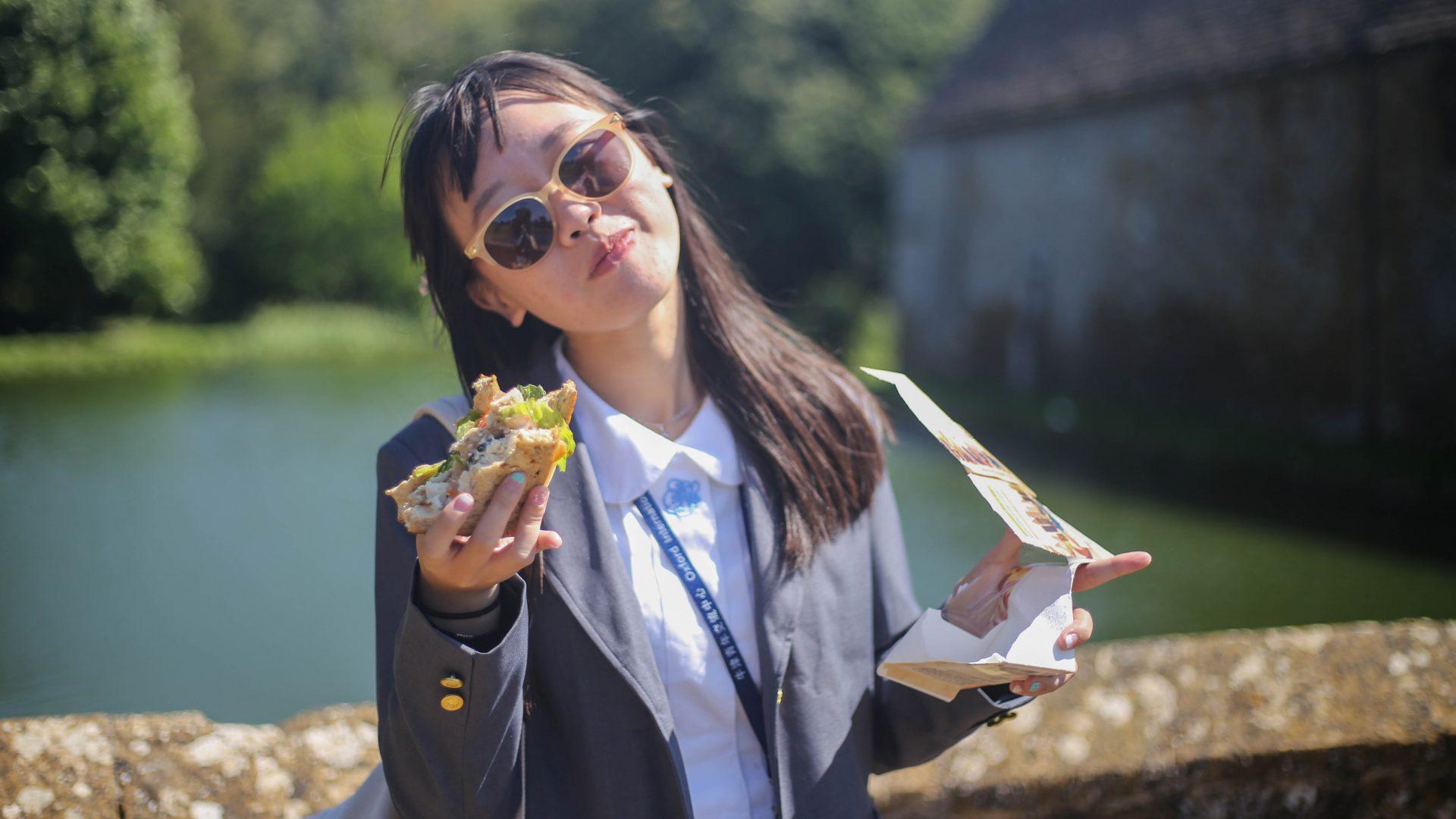 ragazza mangia panino