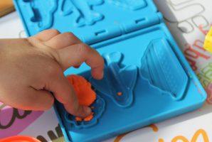 mano bambino con plastilina