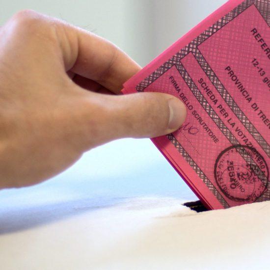 mano inserisce scheda votata