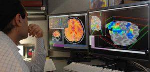 ricercatore osserva risultati risonanza