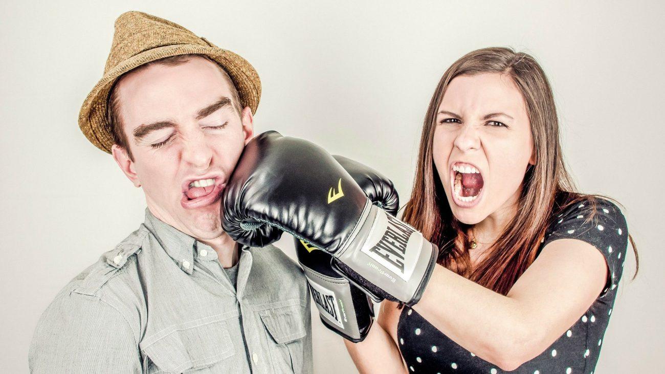 donna con guantone colpisce uomo