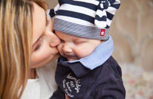 mamma bacia bambino