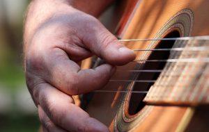 mano suona chitarra