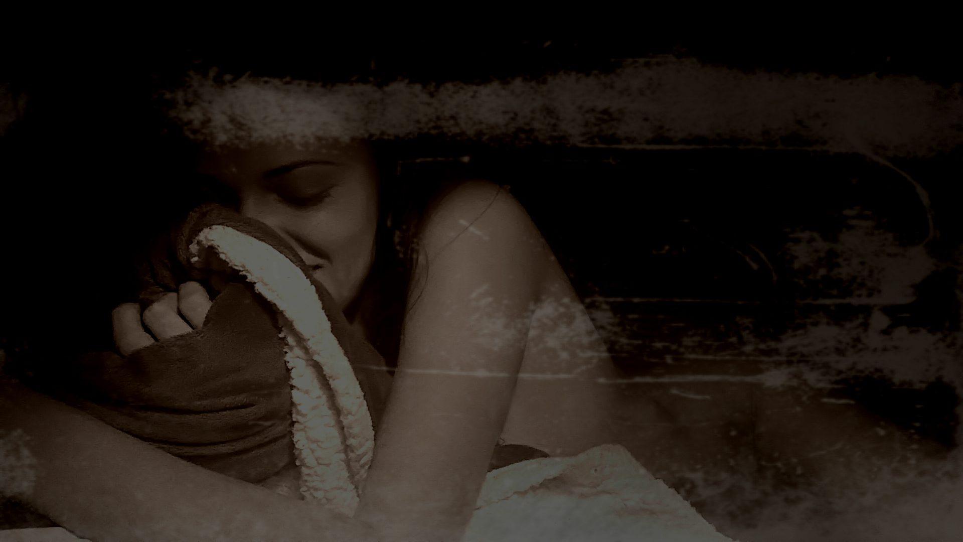 ragazza abbraccia cuscino