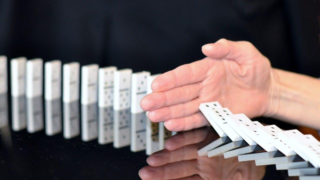 mano ferma caduta domino