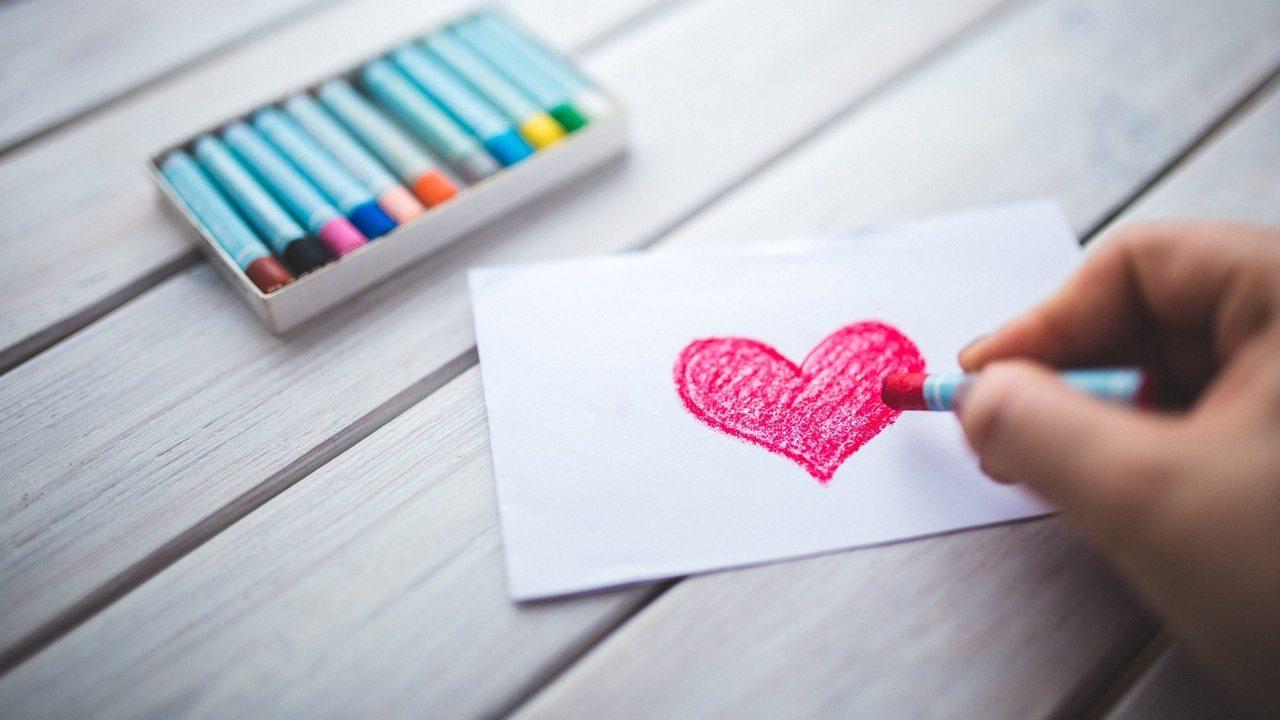 mano disegna cuore
