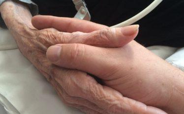 mano anziana e giovane