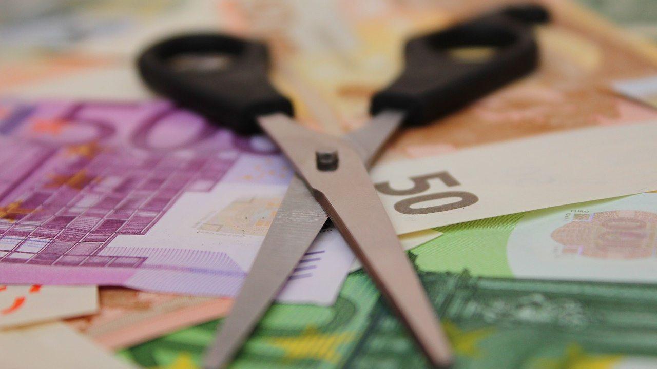Forbici su banconote