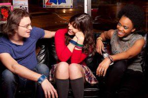 tre amici parlano e ridono