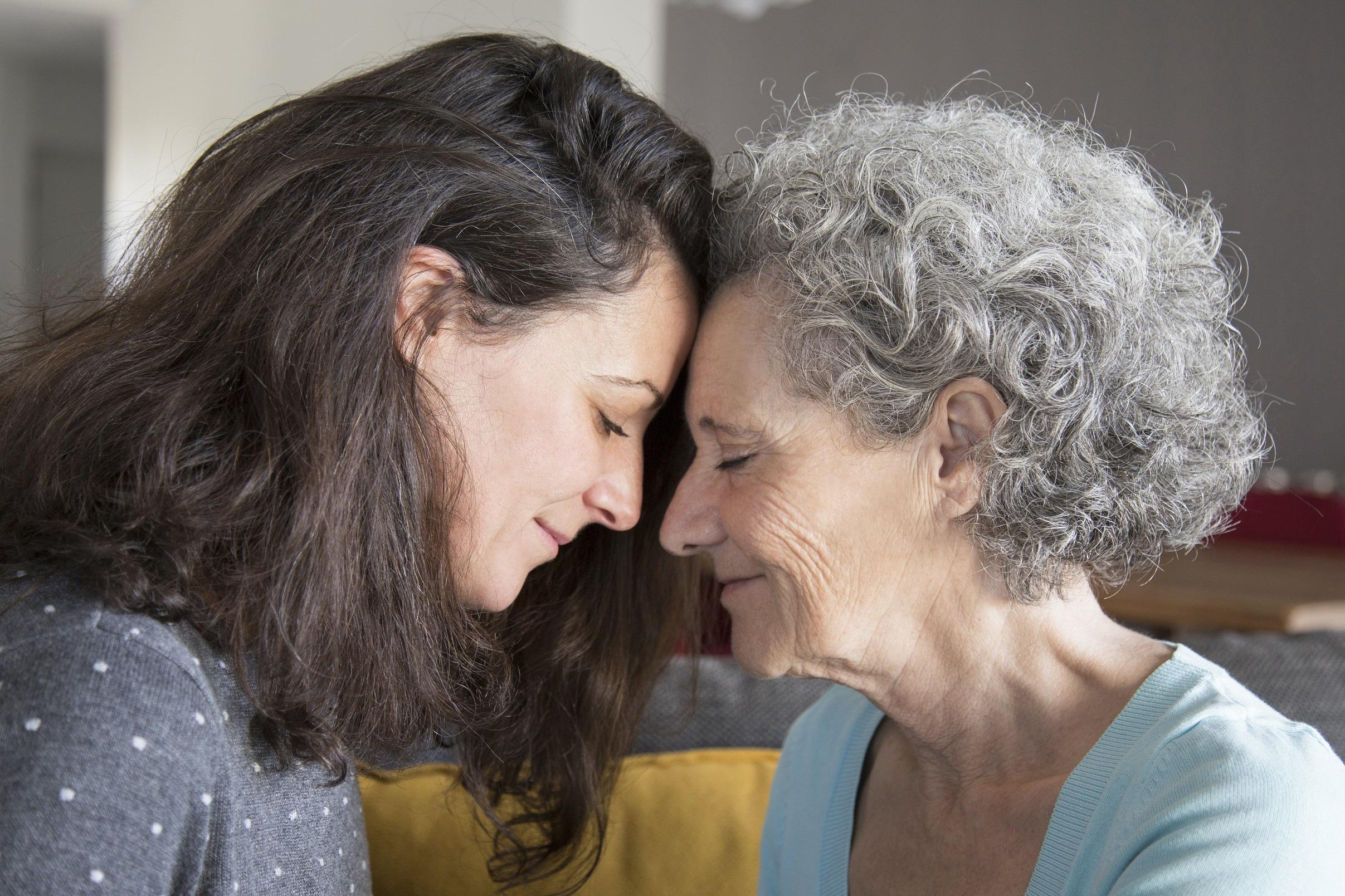 donna e anziana signora