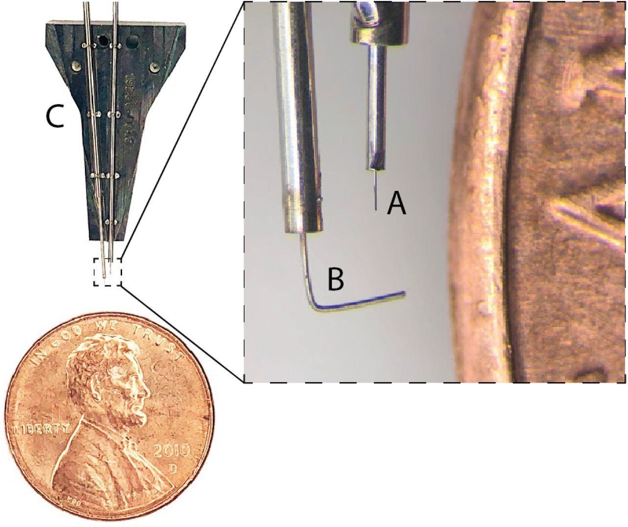 Dettaglio della cartuccia (ricambiabile in meno di 10 minuti) in dotazione al robot sviluppato dal team Neuralink. Un ulteriore ingrandimento rivela: A. l'ago sottilissimo che inserisce gli elettrodi con precisione millimetrica e B. la guida per mantenere gli elettrodi in posizione durante l'inserimento.
