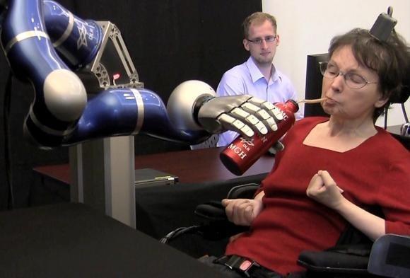 Paralizzata da un ictus da almeno 15 anni, il 12 Aprile 2011 questa donna ha usato il suo pensiero per controllare un braccio robotico e concedersi, autonomamente, un sorso di caffè. Merito del progetto Braingate2 sviluppato dalla Brown University. Era la prima volta che il sistema BCI veniva utilizzato per controllare un device nello spazio tridimensionale.