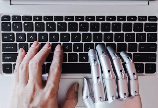 Mano umana e robotica