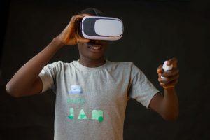 uomo con visore Realtà Virtuale