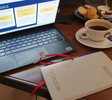 tazza di caffè su scrivania con agenza e computer